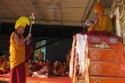 Досточтимый Самдонг Ринпоче совершает подношение во время молебна о долголетии Далай-ламы, Торонто, 24 октября 2010 г.