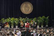 Далай-лама во время лекции «Поиски счастья в трудные времена» в университете Майами, 26 октября 2010 г.