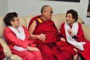 Далай-лама со своими друзьями во время визита в Международный унивеситет Майами, 26 октября 2010 г.