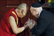 Раввин Соломон Шифф приветствует Его Святейшество Далай-ламу в храме Эману-Эль, Майами Бич, Флорида, 26 октября 2010 г.
