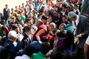 Далай-лама идет сквозь толпу на праздновании 50-летия Тибетской детской деревни, Дхарамсала, 30 октября 2010 г.