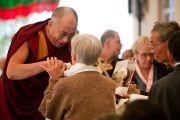 Далай-лама приветствует людей, оказывающих поддержку Тибетской детской деревне, Дхарамсала, 30 октября 2010 г.