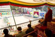 Далай-лама наблюдает за парадом учащихся Тибетской детской деревни, Дхарамсала, 30 октября 2010 г.