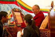 Учащиеся Тибетской детской деревни вручают Далай-ламе памятнуд грамоту в честь 50-летия школы, Дхарамсала, 30 октября 2010 г.