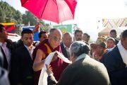 Джетсун Пема приветствует Далай-ламу в Тибетской детской деревне, Дхарамсала, 30 октября 2010 г.