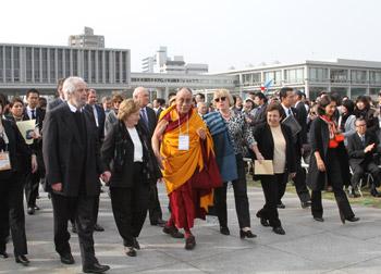 Лауреаты Нобелевской премии мира посетили мемориальный комплекс в Хиросиме