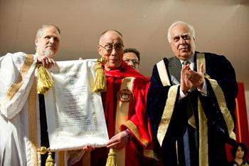 Далай-ламе вручили диплом почетного доктора университета Джамия Миллия Исламия