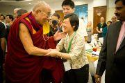 Его Святейшество Далай-лама приветствует китайскую участницу 6-й Международной конференции групп поддержки Тибета в Харване, Индия. 5 ноября 2010.