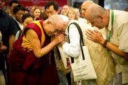 Его Святейшество Далай-лама заключает в дружеские объятия участника 6-й Международной конференции групп поддержки Тибета в Харване, Индия. 5 ноября 2010.