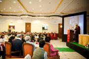 Его Святейшество Далай-лама выступает перед делегатами 6-й Международной конференции групп поддержки Тибета в Харване, Индия. 5 ноября 2010.