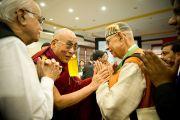 Его Святейшество Далай-лама приветствует делегатов 6-й Международной конференции групп поддержки Тибета в Харване, Индия. 5 ноября 2010.
