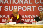 Его Святейшество Далай-лама на  6-й Международной конференции групп поддержки Тибета в Харване, Индия. 5 ноября 2010.