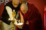 Его Святейшество Далай-лама и экс-заместитель премьер министра Индии К Адвани зажигают светильник на церемонии открытия 6-й Международной конференции групп поддержки Тибета в Харване, Индия. 5 ноября 2010.