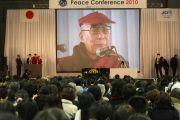 Его Святейшество Далай-лама выступает на Молодежной конференции за мир в Осаке, Япония. 7 ноября 2010