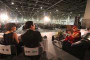 Его Святейшество Далай-лама  отвечает на вопросы ведущих и пятитысячной аудитории на Молодежной конференции за мир в Осаке, Япония. 7 ноября 2010