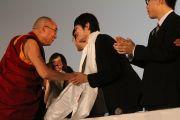 Его Святейшество Далай-лама благодарит молодых участников Молодежной конференции за мир в Осаке, Япония. 7 ноября 2010