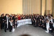 Его Святейшество Далай-лама с организаторами Молодежной конференции за мир в Осаке, Япония. 7 ноября 2010