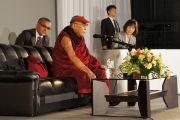 Его Святейшество Далай-лама говорит о мире в 21-м столетии на Молодежной конференции за мир в Осаке, Япония. 7 ноября 2010