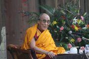 Далай-лама выступает перед 2-тысячной аудиторией у входа в храм Тодайджи в Наре. 8 ноября 2010.