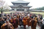 Далай-лама покидает храм Тодайджи в Наре. 8 ноября 2010.