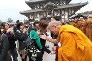 Его Святейшество Далай-лама благословляет маленького ребенка по пути храм Тодайджи в Наре. 8 ноября 2010