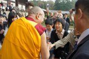 Его Святейшество Далай-лама приветствует японских школьников по дороге в храм Тодайджи. 8 ноября 2010.