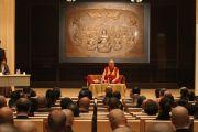 Его Святейшество Далай-лама рассказывает о буддийской практике в конференц-зале храмового комплекса Тодайджи в Наре. 8 ноября 2010