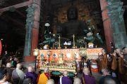 Его Святейшество Далай-лама участвует в молебне перед большой статуей Будды в храме Тодайджи. 8 ноября 2010.
