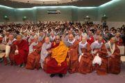 Его Святейшество Далай-лама с группой корейских монахов в Наре, Япония. 8 ноября 2010.