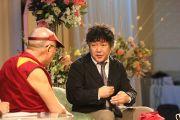 Далай-лама и японский нейробиолог Кеничиро Моги обсуждают вопросы мозга и ума. Ниихама, 9 ноября 2010 г.