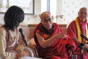 Далай-лама на пресс-конференции в Ниихаме, 9 ноября 2010 г.