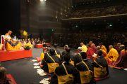 На сцене по обе стороны от Далай-ламы расположились тибетские и японские монахи. Хиросима, 11 ноябяря 2010 г.