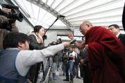 Далай-лама беседует с журналистами по прибытии в Хиросиму, 11 ноября 2010 г.