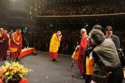 Далай-лама приветствует собравшихся послушать его лекцию, более 2000 человек. Хиросима, 11 ноября 2010 г.