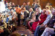 Корреспонденты фотографируют Далай-ламу перед началом церемонии вручения международной премии имени матери Терезы. Нью-Дели, Индия, 18 ноября 2010 г.