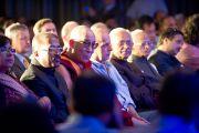 Далай-лама смотрит концерт перед началом церемонии вручения международной премии имени матери Терезы. Нью-Дели, Индия, 18 ноября 2010 г.