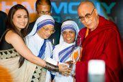 Далай-лама принимает награду за действия в поддержку социальной справедливости из рук актрисы Рани Мукерджи и сестер Ордена милосердия. Нью-Дели, Индия, 18 ноября 2010 г.