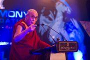 Далай-лама выступает на церемонии вручения международной премии имени матери Терезы. Нью-Дели, Индия, 18 ноября 2010 г.