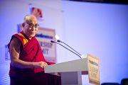 Далай-лама выступает на Саммите лидеров, организованном газетой «Хиндустан Таймс». Нью-Дели, 19 ноября 2010 г.