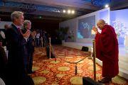 Далай-лама входит в зал перед началом утренней сессии Саммита лидеров, организованного газетой «Хиндустан Таймс». Нью-Дели, 19 ноября 2010 г.