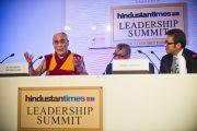 Далай-лама отвечает на вопросы участников Саммита лидеров, организованного газетой «Хиндустан Таймс». Нью-Дели, 19 ноября 2010 г.
