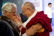 Далай-лама приветствует старого друга на Саммите лидеров, организованном газетой «Хиндустан Таймс». Нью-Дели, 19 ноября 2010 г.