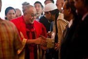 Далай-лама здоровается с присутствующими по дороге на сцену в университета Джамия Миллия Исламия. Нью-Дели, 23 ноября 2010 г. Фото: Тензин Чойджор, ОЕСДЛ
