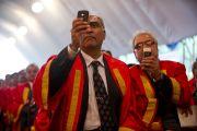 Присутствующие фотографируют Далай-ламу на ежегодном собрании университета Джамия Миллия Исламия. Нью-Дели, 23 ноября 2010 г. Фото: Тензин Чойджор, ОЕСДЛ
