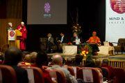 """Далай-лама выступает на открытии XXII конференции под эгидой института """"Ум и жизнь"""". Нью-Дели, 21 ноября. Фото: Тензин Чойджор, ОЕСДЛ"""