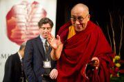 """Далай-лама приветствует участников XXII конференции под эгидой института """"Ум и жизнь"""". Нью-Дели, 21 ноября. Фото: Тензин Чойджор, ОЕСДЛ"""