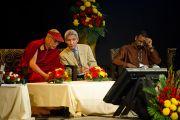 """Далай-лама и Туптен Джинпа на XXII конференции под эгидой института """"Ум и жизнь"""". Нью-Дели, 21 ноября. Фото: Тензин Чойджор, ОЕСДЛ"""