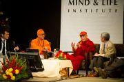 """Далай-лама и Свами Атмаприя-ананда на XXII конференции под эгидой института """"Ум и жизнь"""". Нью-Дели, 21 ноября. Фото: Тензин Чойджор, ОЕСДЛ"""