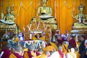 """Его Святейшество Далай-лама вручает монахиням сертификаты о получении степени """"Лопон"""" во время торжественной церемонии открытия женского монастыря и института Шугсеп. Дхарамсала, Индия, 7 декабря 2010 г. Фото/Тензин Чойджор/ОЕСДЛ"""