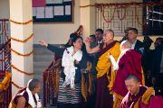 """Ринчен Кхандро, проект """"Тибетские монахини"""", показывает Его Святейшеству Далай-ламе здание женского монастыря Шугсеп во время торжественной церемонии открытия. Дхарамсала, Индия, 7 декабря 2010 г. Фото/Тензин Чойджор/ОЕСДЛ"""